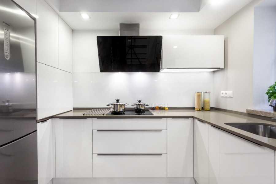 Светлая кухня с черной вытяжкой фото три монопода